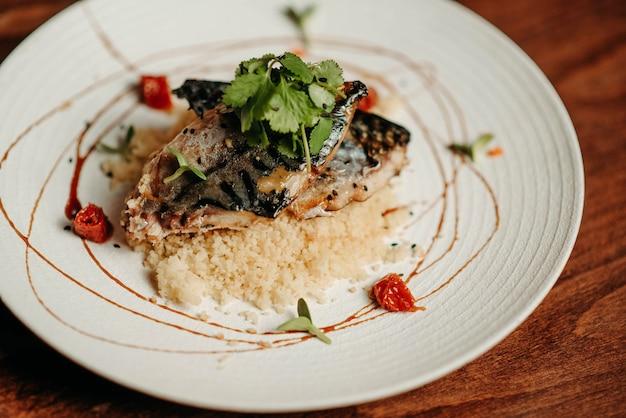 クスクスのお粥とパセリのグリル魚