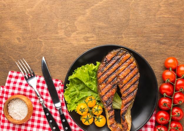 Жареная рыба с салатом сверху, вид