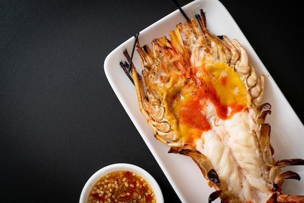 Свежие гигантские речные креветки на гриле с острым соусом из морепродуктов