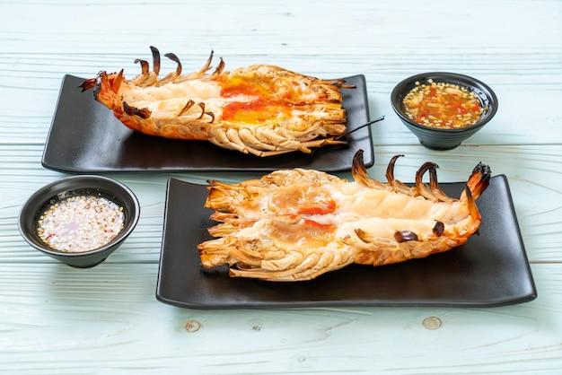 매콤한 해산물 디핑 소스를 곁들인 신선한 대하 새우 구이
