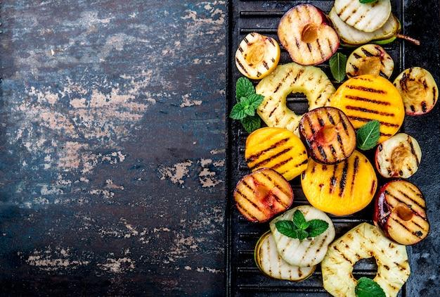 フライパンにミントの葉とフルーツのグリル