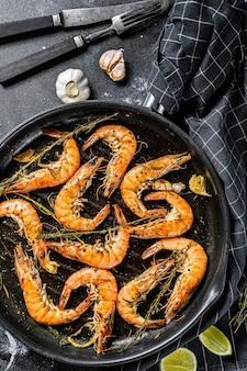 巨大なエビのグリル、エビのニンニク、レモン、スパイスの鍋