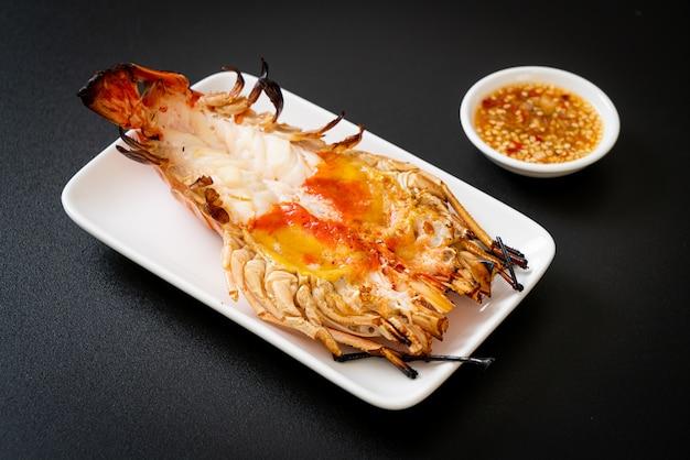 매콤한 해산물 디핑 소스를 곁들인 거대한 강 새우 구이
