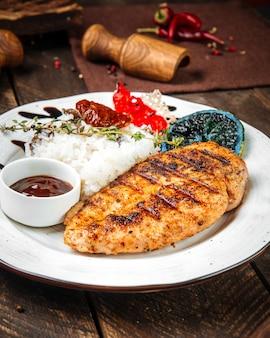 Стейк из куриного филе на гриле с рисом
