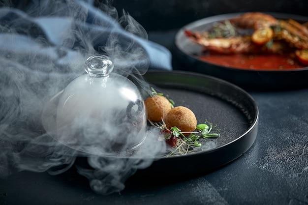 Жареный осьминог на гриле, подается с дымом под капотом, кулинарное шоу, сдержанный