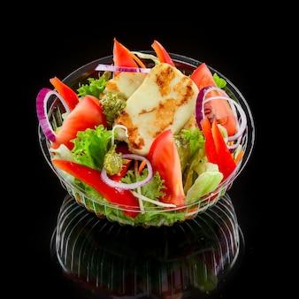 Салат с сыром халлуми на гриле, помидорами и листьями салата. здоровая пища