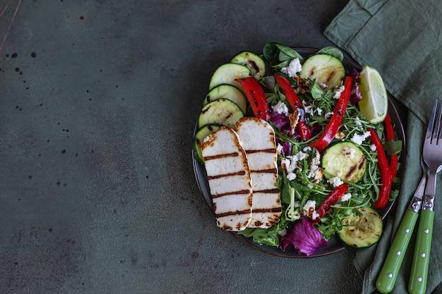 구운 야채와 그린 샐러드를 곁들인 구운 할루 미 치즈. 건강 식품 개념.