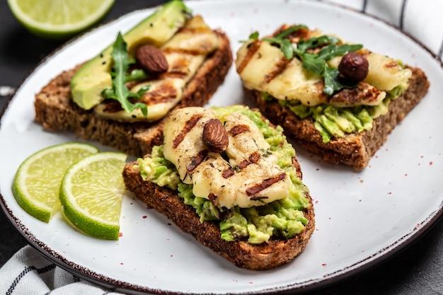 Сэндвич халлуми на гриле с авокадо, гуакамоле, рукколой
