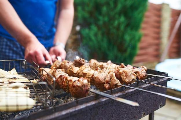 금속 꼬치에 구운 케밥 요리. 바베큐에서 구운 고기. bbq 신선한 쇠고기 고기 절단 조각. 전통적인 동부 요리, 시시 케밥. 숯불과 불꽃, 피크닉, 길거리 음식에 그릴.