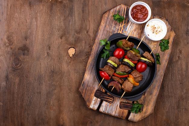 Шашлык на гриле с мясом, грибами и овощами