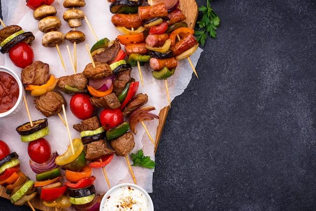 Шашлык на гриле с мясными грибами и овощами