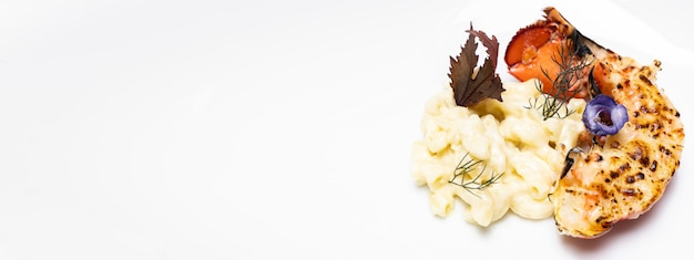흰 접시에 구운 랍스터 꼬리