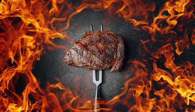霜降り肉のグリルステーキと火