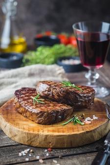 차돌박이 고기 스테이크 필레 미뇽과 양념 구이. 커팅 보드에 육즙이 많은 쇠고기 스테이크.