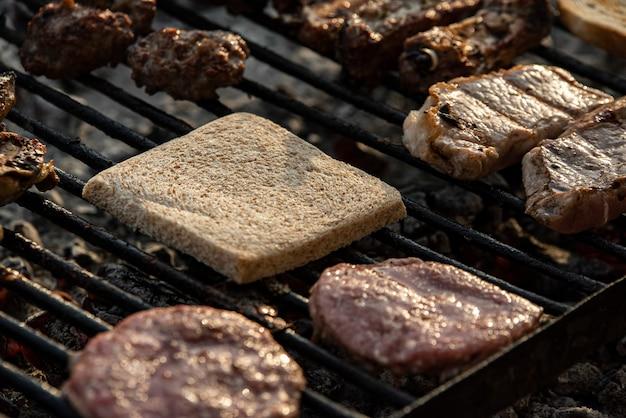グリルした肉とパンのディテール、グリルで調理