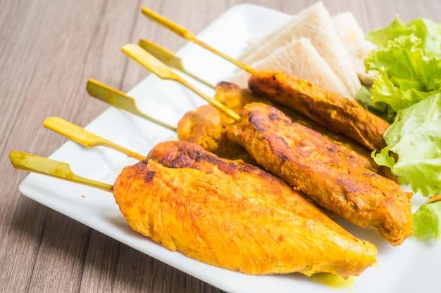 Мясо на гриле для барбекю на деревянной палочке
