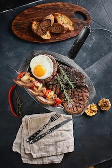 焼き肉盛り合わせおいしい焼き肉と野菜の盛り合わせペッパーソースと野菜のミックス肉焼き