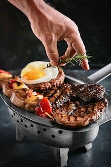 Жареное мясное ассорти. ассорти вкусного жареного мяса с овощами.
