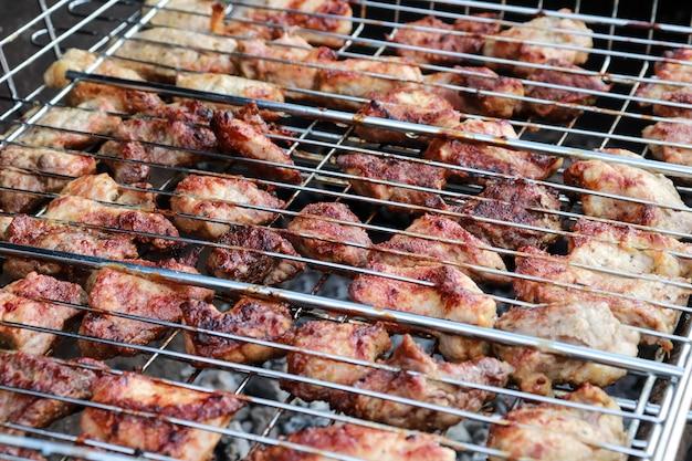 구운 고기. 돼지 고기 케밥. 식사 파티 야외, 선택적 초점