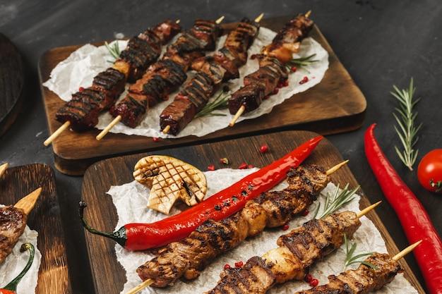 Мясо на гриле шашлык барбекю подается на борту. мясо кебаб