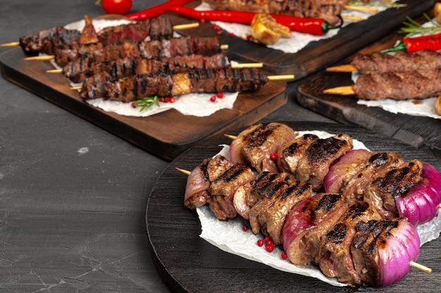 구운 고기 꼬치 바베큐 보드에 제공