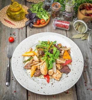 Мясо на гриле с жареными овощами, весна, летний пикник, вкусная еда