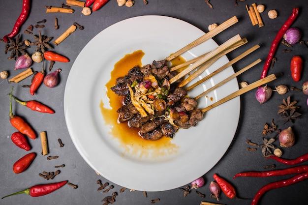Мясо на гриле с овощами и соусом