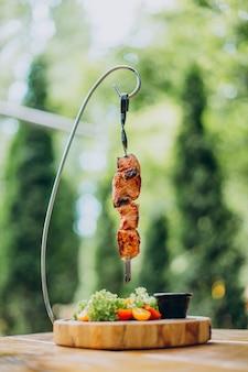 皿に野菜を添えた肉のグリル