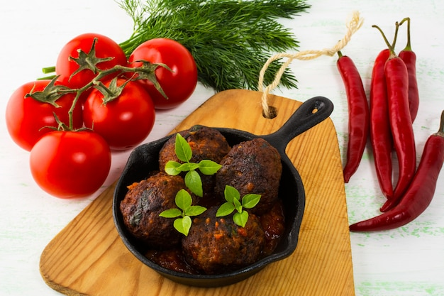 Grilled meatballs with basil