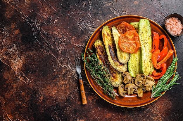 素朴なプレートでグリルしたミックス野菜