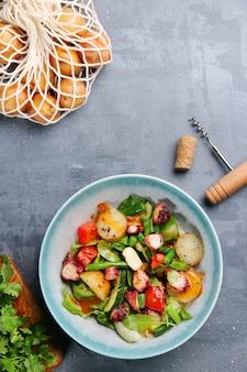 구운 문어와 감자 상위 뷰 .. 테이블 상위 뷰에 문어와 재료와 샐러드