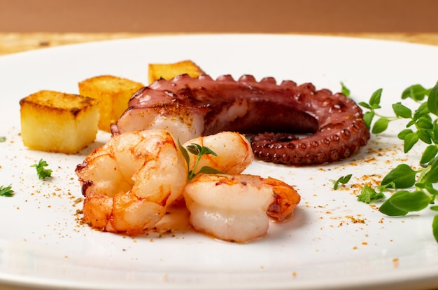 Щупальца осьминога на гриле на тарелке белый ресторан крупным планом
