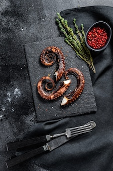 Щупальца осьминога на гриле. свежие морепродукты