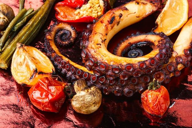 Осьминог на гриле с овощами