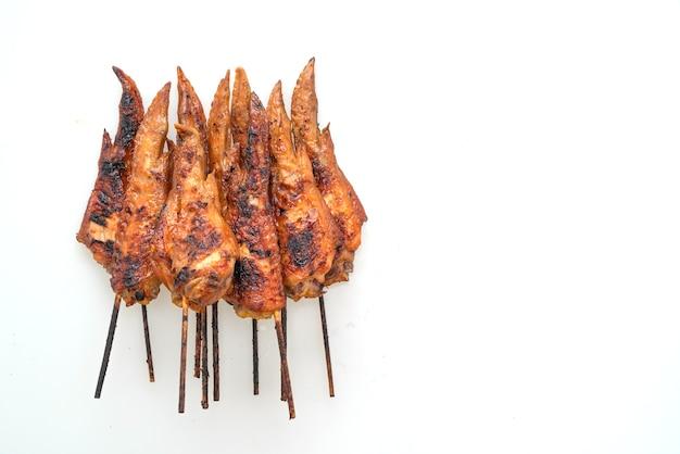 Куриные крылышки на гриле или барбекю, шашлык на белом