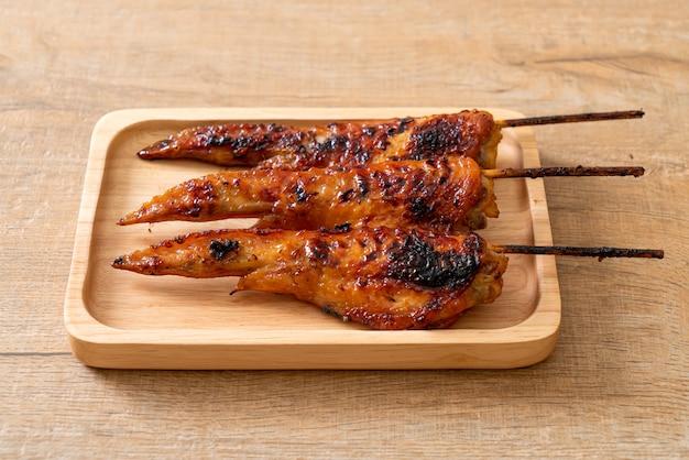 접시에 구이 또는 바베큐 닭 날개 꼬치