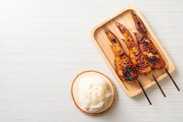 手羽先のグリルまたはバーベキューの串焼きもち米