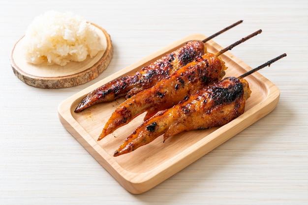 찹쌀과 함께 구운 또는 바베큐 닭 날개 꼬치