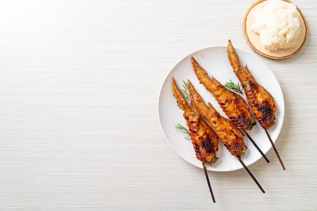 手羽先のグリルまたはバーベキューの串焼き、もち米添え