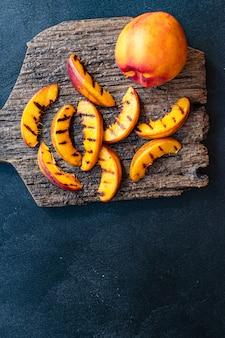 Жареный персик или нектарин барбекю фрукты овощи