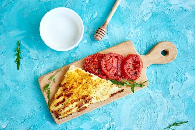 木の板にトマトとパイクのグリルフィレ