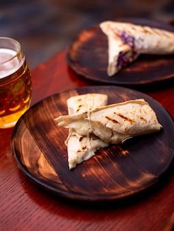 부드러운 술루구니 치즈 그루지야 전통 라바시 롤을 곁들인 구운 피타 빵 피크닉 런치 푸...
