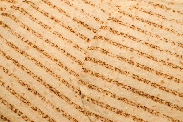 白い背景で隔離のグリルピタパン。上面図。
