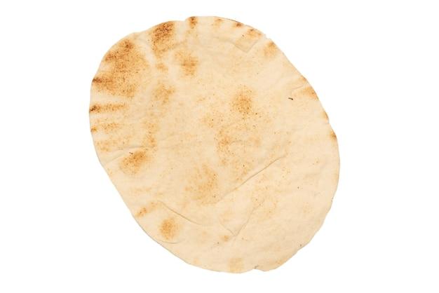 Жареный хлеб питта, изолированные на белой поверхности. вид сверху.