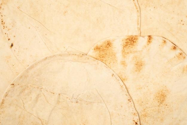 Жареный хлеб питта, изолированные на белой поверхности