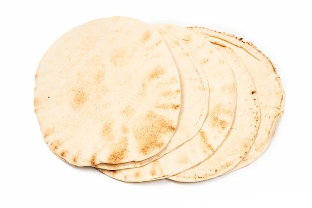 白い表面に分離された焼きピタパン