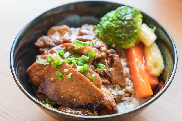 혼합 야채와 구운 돼지 고기 그릇