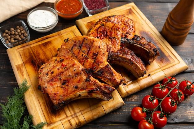 Свиные отбивные на гриле и овощи по-деревенски