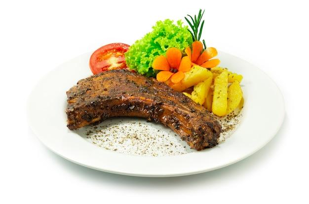 흑후추 소스를 곁들인 구운 돼지 갈비 유럽-아시아 음식 퓨전 스타일 제공 감자와 야채 사이드 뷰