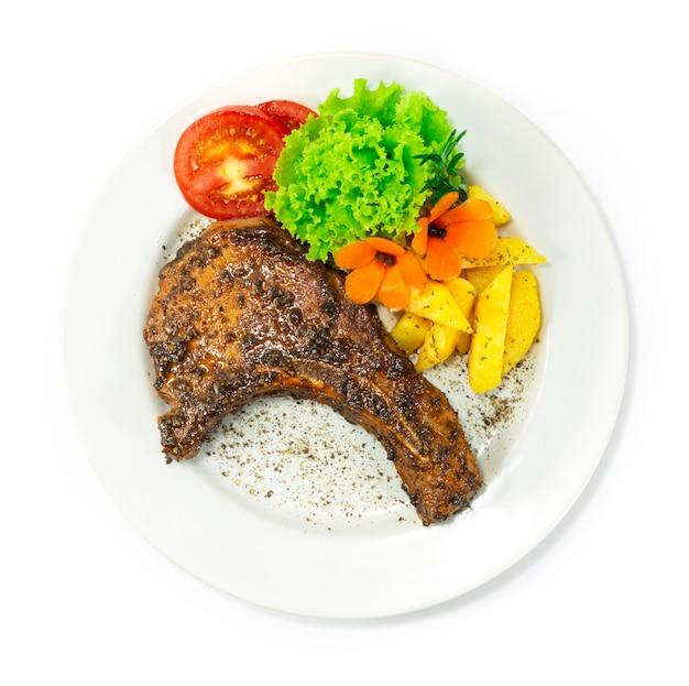 흑후추 소스를 곁들인 구운 돼지 갈비 유럽-아시아 음식 퓨전 스타일 제공 감자와 야채 topview